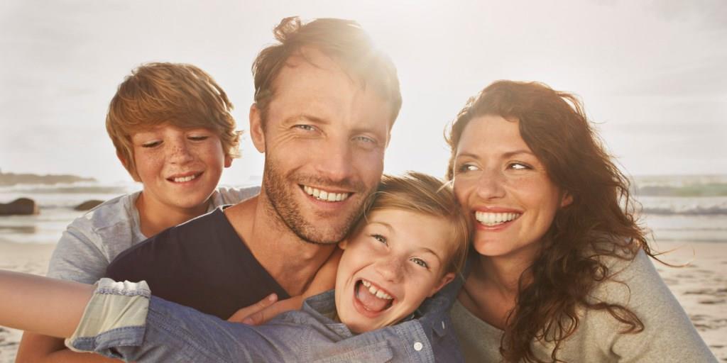 лечение псориаза , здоровая семья на мертвом море
